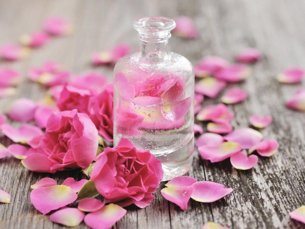 Cách làm nước hoa hồng đơn giản ngay tại nhà