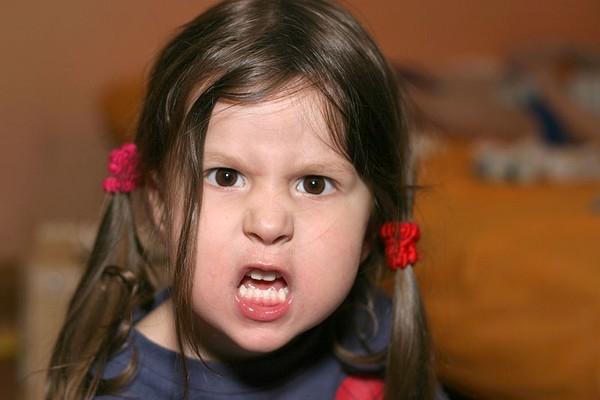 Cha mẹ nên làm gì khi trẻ giận dữ?