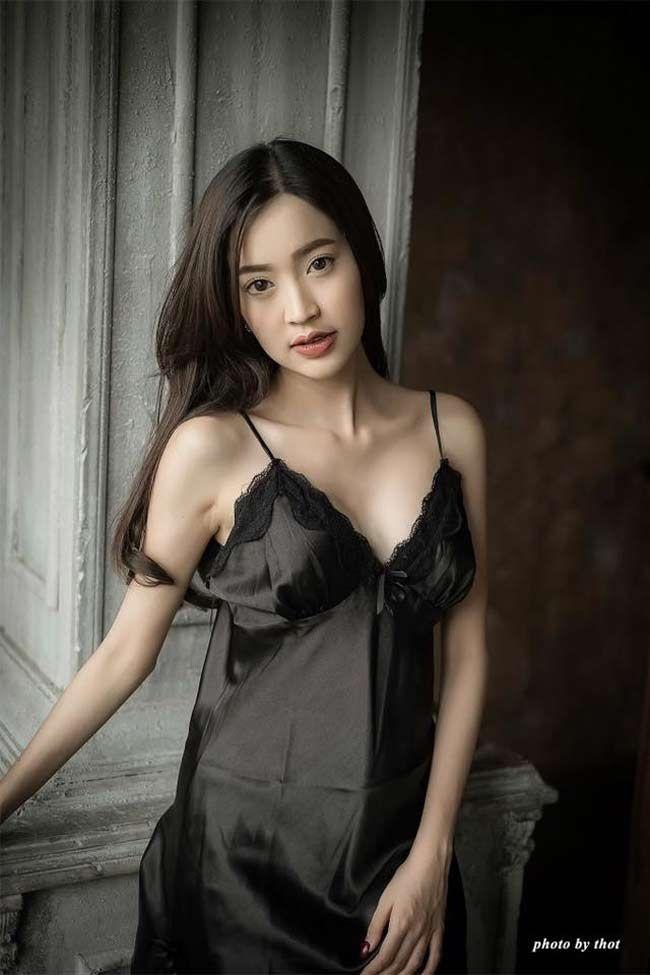 """Điếng người khi ngắm ngắm Hotgirl Châu Á """"lả lơi"""" trong phòng ngủ"""