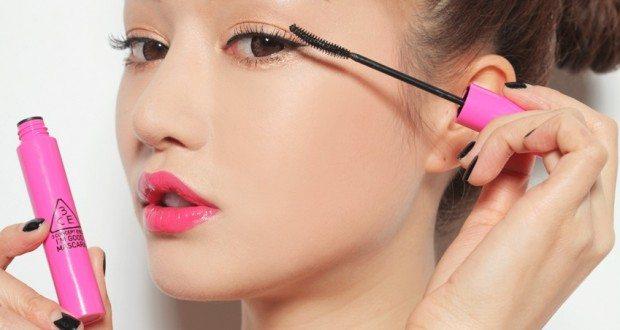 Cuối cùng, để đôi mắt hút hồn hơn, bạn cần phải cho phần lông mi được cong bằng cách dùng kẹp mi và mascara để có được hàng mi cong và dài quyến rũ.