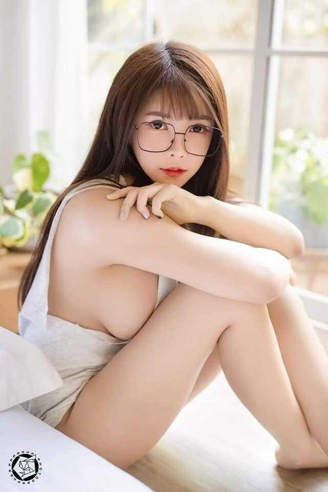 Gái xinh tóc dài đeo kính