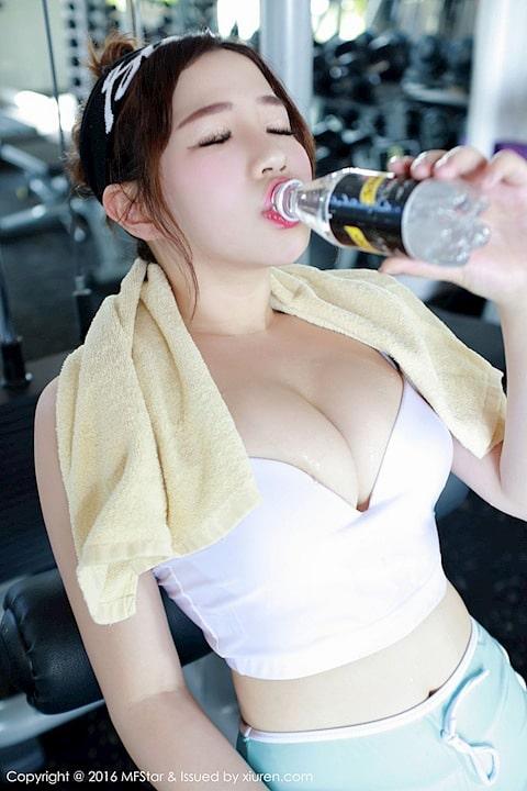 Gái xinh khoe body ở phòng gym khiến anh em xịt máu mũi