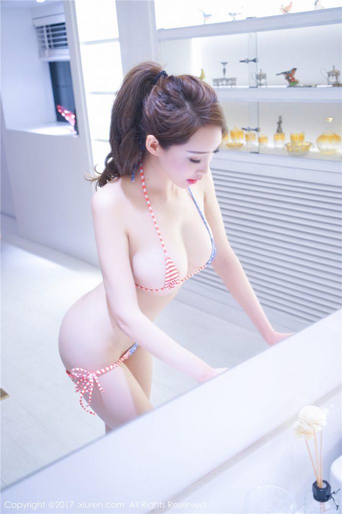Gái xinh mặc bikini siêu nhỏ và mỏng xuyên thấu