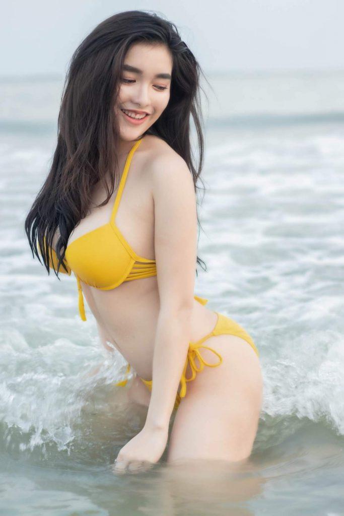 Gái xinh mặc bikini màu vàng
