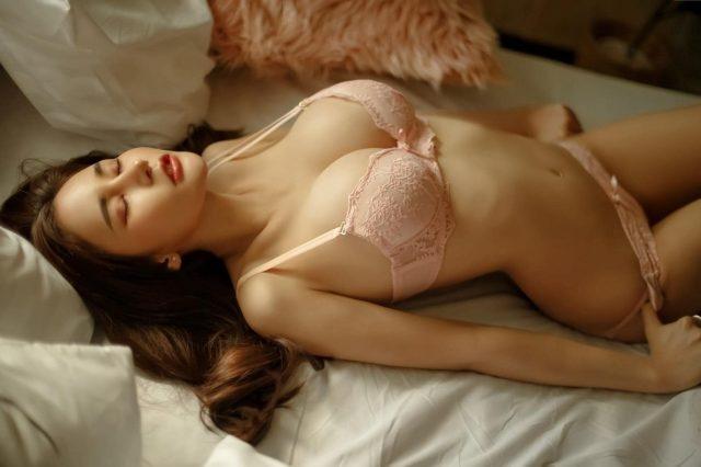 Ngắm ảnh gái xinh cởi hết quần áo khoe bầu ngực to siêu khủng