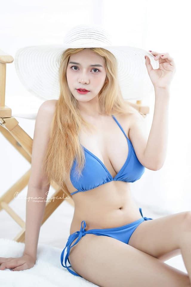 gái xinh mặc bikini màu xanh