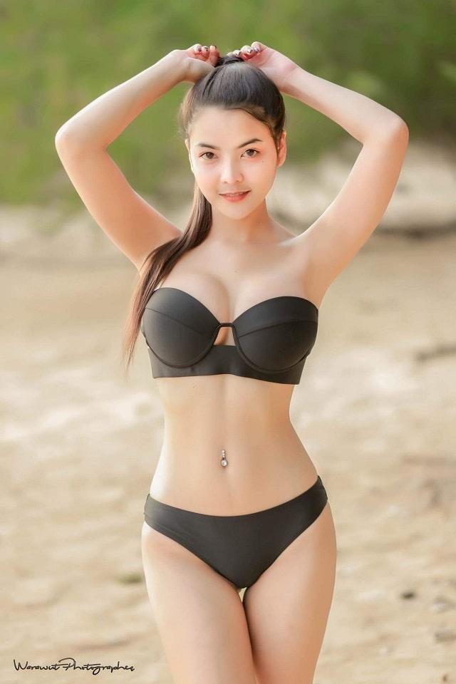 gái xinh mặc bikini màu đen