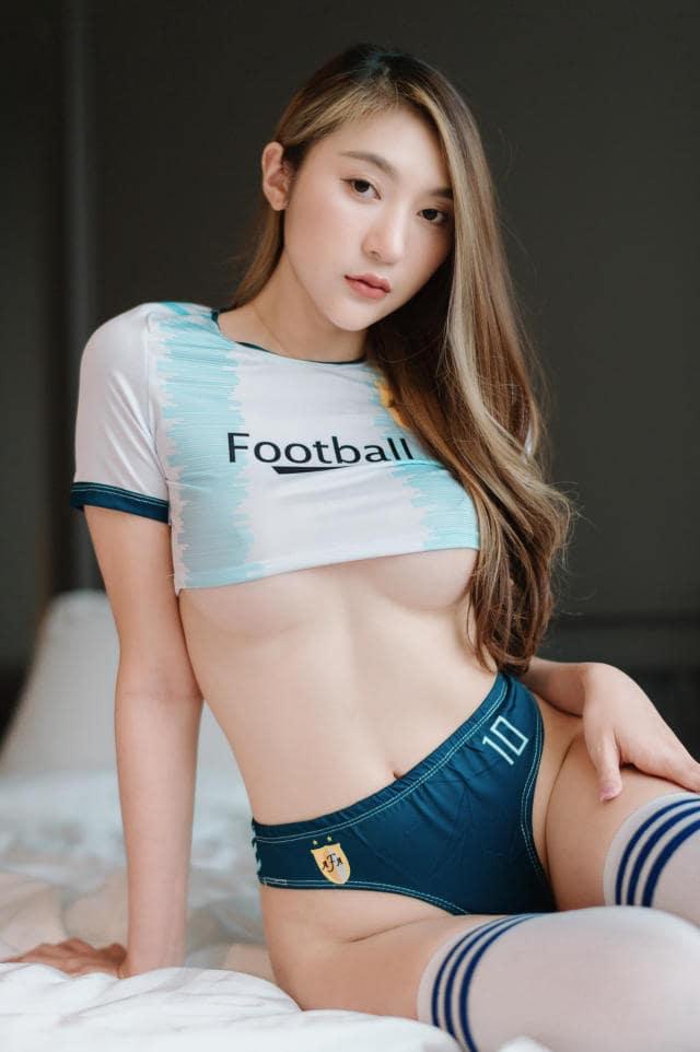 Gái xinh mặc áo bóng đá