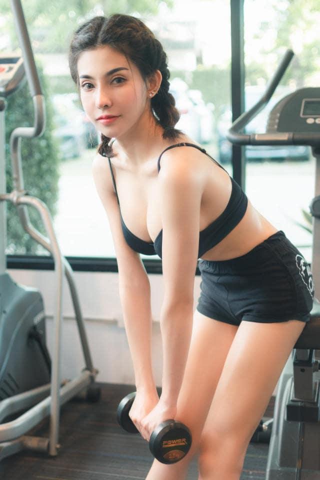 gái xinh mặc đồ thiếu vải tập gym